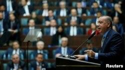 ປະທານາທິບໍດີ ເທີກີ ທ່ານ ຣີເຊັບ ໄຕຢິບ ເອີດູອານ ກ່າວຖະແຫລງ ຕໍ່ບັນດາສະມາຊິກສະພາແຫ່ງຊາດ ຈາກພັກ ເອເຄ ຫຼື (AKP) ທີ່ປົກຄອງລັດຖະບານໃນປັດຈຸບັນ ໃນລະຫວ່າງ ກອງປະຊຸມ ຢູ່ທີ່ສະພາແຫ່ງຊາດ ຂອງເທີກີ ໃນນະຄອນຫຼວງ ອັງກາຣາ, ວັນທີ 23 ຕຸລາ 2018. ພາຍຖ່າຍສະໜອງໂດຍ (ສຳນັກງານຂ່າວສານຂອງທຳນຽບ ປະທານາທິບໍດີ ໂດຍຜ່ານ ອົງການຂ່າວຣອຍເຕີ)
