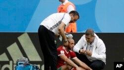 Le Marocain Noureddine Amrabat blessé lors du match du groupe B entre le Maroc et l'Iran à la Coupe du monde de football 2018 au stade de Saint-Pétersbourg, Russie, 15 juin 2018.