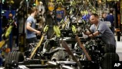 지난 3월 미국 미주리주 클레이코모의 포드 자동차 회사 공장에서 노동자들이 F-150 트럭을 조립하고 있다. (자료사진)