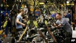 Trabajadores en una planta fabricante de Ford F-150 en Kansas City, EE.UU.