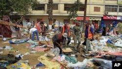 2013年8月15日在首都开罗附近的一座清真寺遭受攻击之后,埃及军人和居民在瓦砾中进行搜寻。