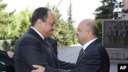 Menteri Pertahanan Turki Fikri Isik (kanan) berjabat tangan dengan Menhan Qatar Khalid bin Mohammed al-Attiyah (kiri) sebelum pertemuan mereka di Ankara, Turki, 30 Juni 2017. (Defence Ministry via AP, Pool).