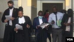 Amagqwetha amele uHopewell Chin'ono agoqela uNkosikazi Beatrice Mtetwa.