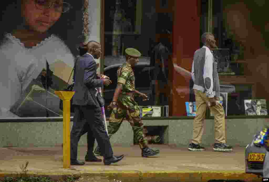 Un officier de l'armée zimbabwéenne marche dans le quartier d'affaires à Harare, Zimbabwe, le 15 novembre 2017.