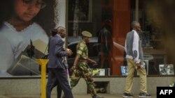 Wani sojan Zimbabwe yake tafiya tasakiyar birnin Harare.