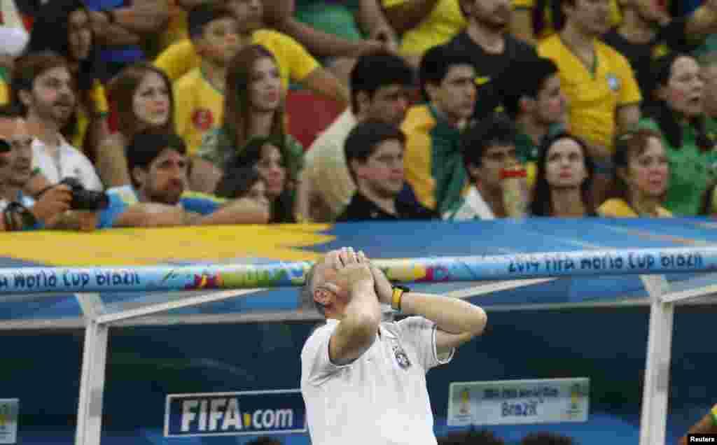 برازیل کے کوچ لوئیز فیلپی افسردگی کا اظہار کرتےہوئے