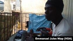 La devanture d'une boutique transformée en habitat à ciel ouvert de quatre jeunes réfugiés centrafricains à Yaoundé. (VOA/Emmanuel Jules Ntap)