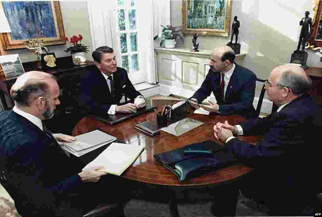 Димитрий Заречняк, Рональд Рейган, Павел Палащенко, Михаил Горбачев (слева направо)