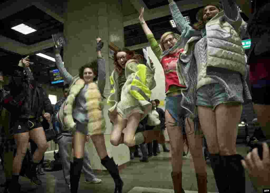 "Anak-anak muda Romania berpartisipasi dalam merayakan ""Hari Tanpa Celana Panjang"" di kereta bawah tanah di Bukares."