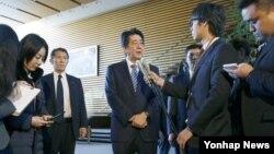 지난 2월 북한이 로켓을 발사한 직후 아베 신조 일본 총리가 도쿄 총리관저에서 기자회견을 하고 있다. (자료사진)