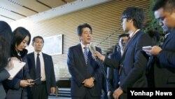 7일 북한이 로켓을 발사한 직후 아베 신조 일본 총리가 도쿄 총리관저에서 기자회견을 하고 있다.