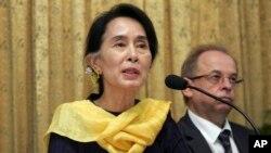 """Myanmar Constitutional Democracy"" အလုပ္႐ံုေဆြးေႏြးပြဲ တက္ေရာက္ေနတဲ့ ေဒၚေအာင္ဆန္းစုၾကည္။ (ေမလ ၁၀ ရက္၊ ၂၀၁၃)။"