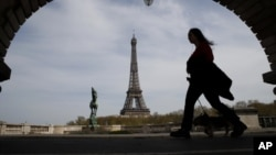 Pogled na Ajfelovu kulu u Parizu, (Foto: AP Photo/Christophe Ena, arhiva)
