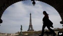 Suasana di sekitar menara Eiffel, di tengah pembatasan wilayah di tengah pandemi COVID-19, 7 April 2020. (Foto: dok),