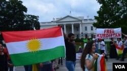 Xwepêşandêrên Kurd li ber Qesra Sipî'yê xwane dibin
