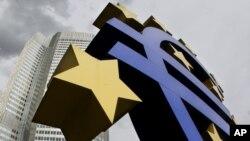 Logo Euro di depan Bank Sentral Eropa (ECB) di Frankfurt (Foto: dok).