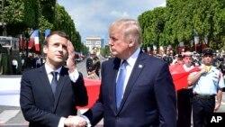 在法国国庆阅兵后,美国总统川普和法国总统马克龙握手(2017年7月14日)