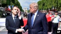 روسای جمهوری فرانسه و آمریکا در سفر تابستان گذشته پرزیدنت ترامپ به پاریس