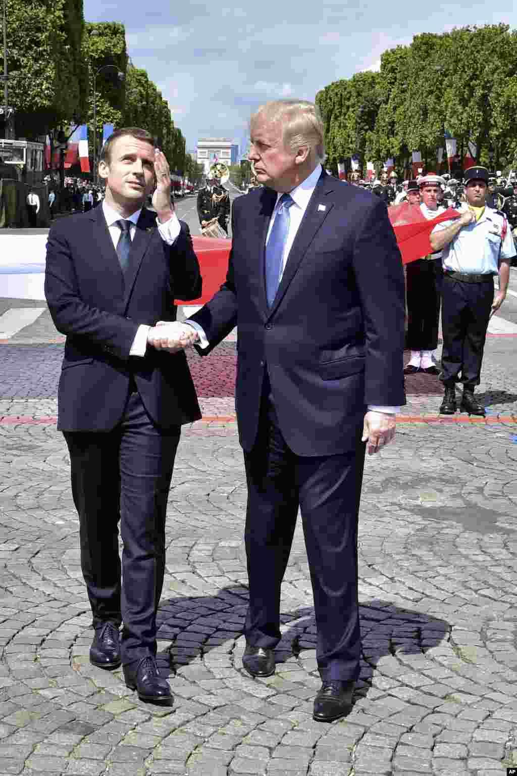 在法国国庆阅兵后,美国总统川普和法国总统马克龙握手(2017年7月14日)一项新的研究结果显示,相较于东亚人士,西方人对于握手比东亚人有更正面的评价。伊利诺伊州大学研究员播放了商业情境下主客互动短片给88名西方与亚州男性与女性受试者观看。影片中的人物,有些于见面一开始就握手,有些则不握手。研究发现,参与这项实验的西方人比东亚人更喜欢握手的互动方式。研究人员表示,他们计划进一步研究握手与鞠躬这项东亚传统问候方式的对比。