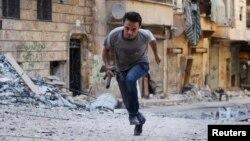 تصویر یک شبه نظامی عضو ارتش آزاد سوریه، حلب، ۲۳ ژوییه ۲۰۱۳