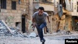 Salah seorang tentara pemberontak Suriah (foto: dok). Pemberontak Suriah mundur dari kota kuno Kristen di Damaskus utara.