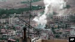 시리아 정부군의 포격으로 연기가 치솟는 수도 다마스쿠스의 건물