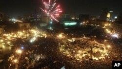 ຊາວອີຈິບສະຫຼອງການລາອອກ ຂອງປະທານາທິບໍດີ Mubarak ດ້ວຍການຮ້ອງເຊຍ ໂບກທຸງຊາດ ບີບແກລົດ ແລະຈູດບັ້ງໄຟດອກ (12 ກຸມພາ 2011)