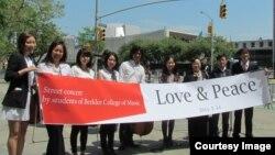 미 버클리 음대에 재학 중인 다양한 국적의 학생들과 탈북자 단체인 미주탈북자선교회가 14일 뉴욕 유엔본부 앞에서 '사랑과 평화' 음악회를 열었다.