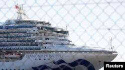 El crucero Diamond Princess sigue anclado en cuarentena en el puerto de Yokohama de Japón con 3.700 personas a bordo.