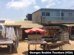 Le quartier de Micao subit quotidiennement les conséquences des pénuries d'eau à Abidjan, en Côte d'Ivoire, le 18 mars 2017. (VOA/Georges Ibrahim Tounkara)
