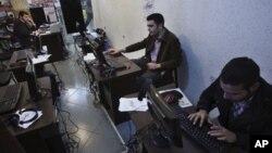 Para mahasiswa Iran di sebuah warnet di pusat kota Teheran, Iran. (Foto: Dok)