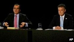 El actual presidente Juan Manuel Santos, derecha, quien vbusca la reelección participó de un debate televisado junto a su principal contrincante, Oscar Iván Zuloaga.