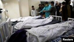 奎达医院里的爆炸死难者及其家人和医务人员