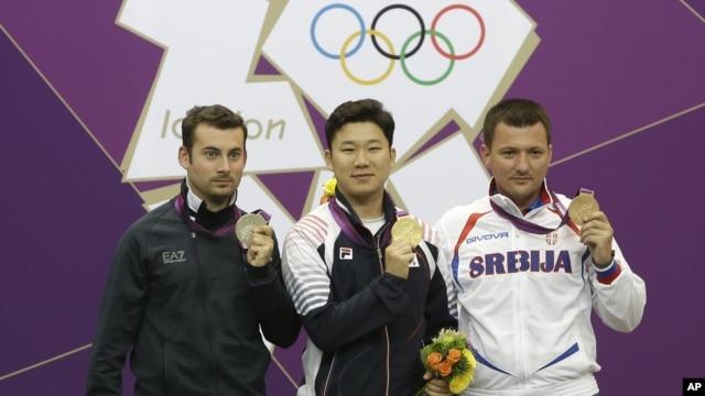 Južnokoreanac Jin Jong-oh (u sredini), Italijan Luka Teskoni (levo) i Andrija Zlatić na pobedničkom postolju u Londonu