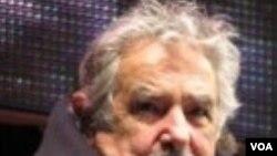 """El candidato presidencial José """"Pepe"""" Mujica dijo que seguirá la política de negociación de Luiz Inácio Lula da Silva. De Hugo Chávez dijo que """"habla demasiado""""."""