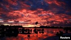 太平洋中部島國基里巴斯,村民們在一個小湖旁看日落(2013年5月25日)。