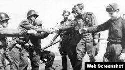 Історичні кадри зустрічі радянських та американських військових