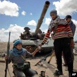 Des rebelles libyens au front