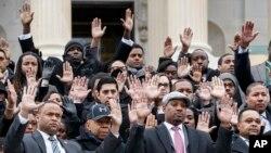 Des membres du personnel du Congrès réunis sur la colline du Capitole à Washington, le jeudi 11 décembre 2014, pour portester contre les récents assassinats d'hommes noirs par des policiers, qui tous deux n'ont pas été condamnés de grands actes d'accusation du jury.