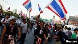 泰国反对派举行抗议,要求英拉政府下台。
