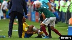 "Neymar sau pha ""va chạm"" với Miguel Layun."