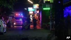 Gambar dari video yang menunjukkan petugas darurat di lokasi serangan bom di Hua Hin, Thailand, Kamis malam (11/8).