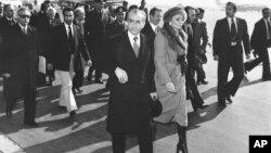 محمدرضا شاه پهلوی و شهبانو فرح در هنگام ترک ایران - دی ماه ۱۳۵۷