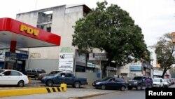 Konsumen mengantri untuk mengisi bensin di sebuah pom bensin milik perusahaan minyak negara PDVSA di Caracas, Venezuela, 22 Maret 2017. Pemerintah AS sedang mempertimbangkan pengenaan sanksi terhadap sektor perminyakan Venezuela. (Foto:dok)