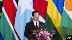 Presiden Tiongkok Hu Jintao membuka Konferensi Forum Kerjasama Tiongkok-Afrika di Beijing bulan lalu (Foto: dok). Media pemerintah Tiongkok mengecam pernyataan Clinton terkait hubungan kerjasama ekonomi dan sumberdaya dalam lawatannya di Afrika .
