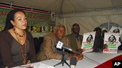 肯尼亞人保羅.恩茲利(中)是提出指控的人士之一﹐他在記者會上提及當年受到羞辱和毆打的情況。