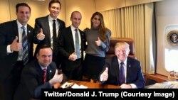 Le président Donald Trump entouré de quelques membres de son staff sur une photo postée sur son compte Twitter le 8 novembre 2017. (Twitter/Donald J. Trump)