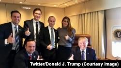 Le président Donald Trump, assis à l'extrême droite, entouré de quelques membres de son staff sur une photo postée sur compte Twitter, 8 novembre 2017. (Twitter/Donadl J. Trump)