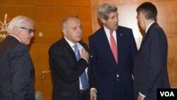 کری درحال دیدار با مقامات فلسطینی