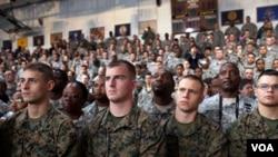 En las modernas fuerzas armadas estadounidenses, algunas madres van a la guerra, y los padres quedan atrás para cuidad a sus hijos.